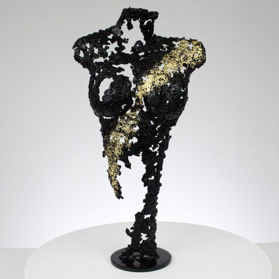 Pavarti A night - Woman body sculpture in metal, lace, steel and gold
