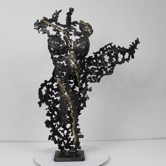 Pavarti Pocong Metal sculpture body woman steel lace and brass - Philippe Buil