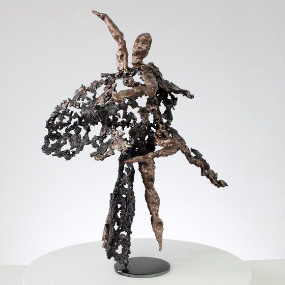 Evening of first - Sculpture dancer metal lace steel, bronze