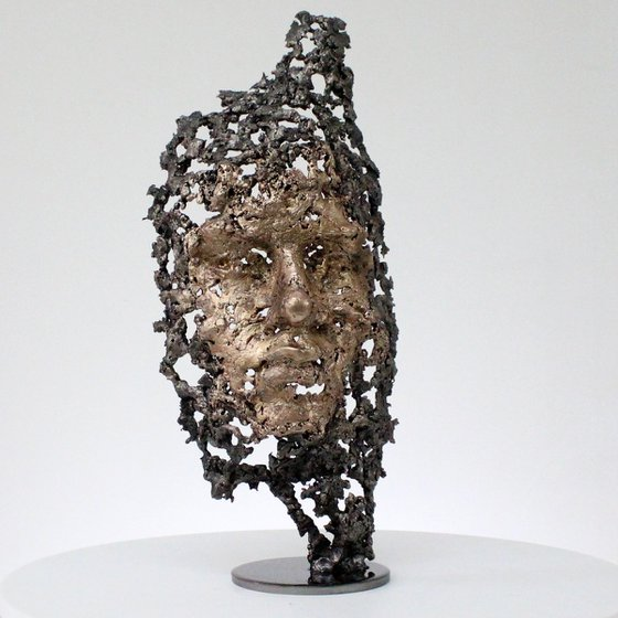 Out of the woods - Face sculpture bronze steel