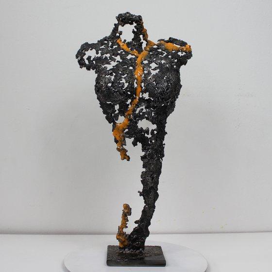 Pavarti Mazu - Metal sculpture woman body steel lace and orange resin